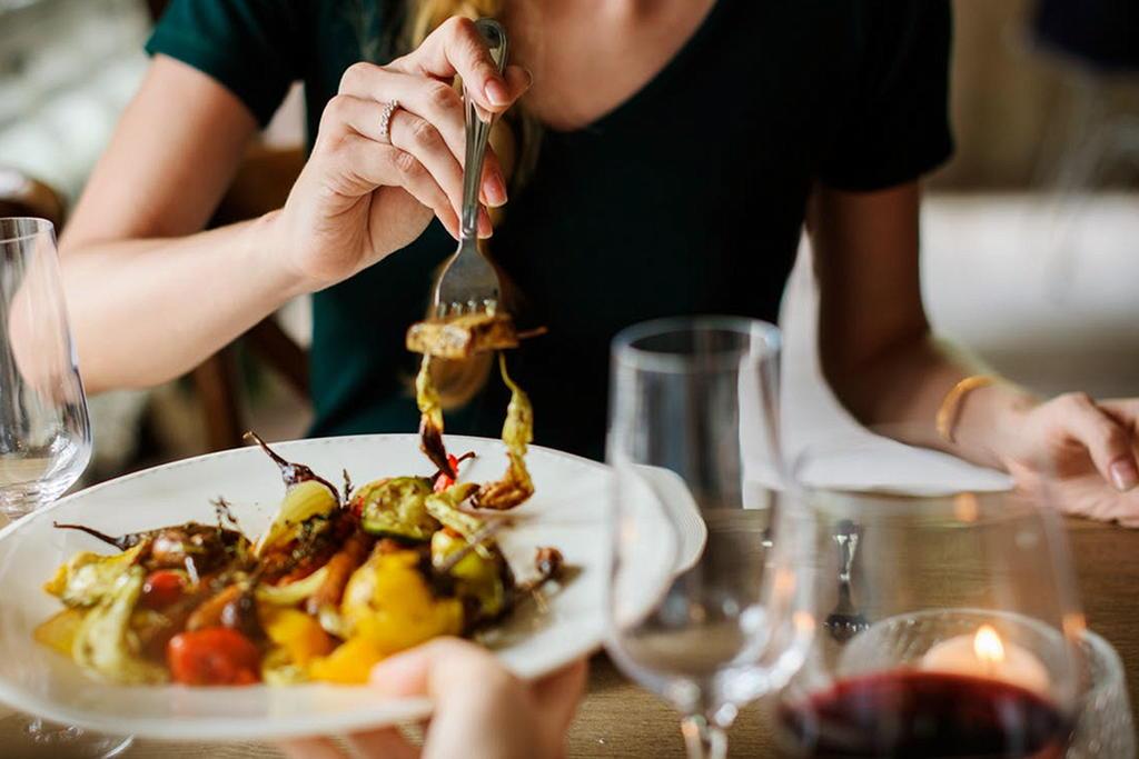 Frau im Restaurant beim Essen