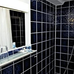 Hotel Doppelzimmer mit Bad und Dusche blau