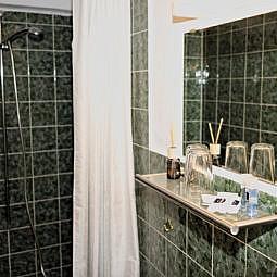 Hotel Doppelzimmer mit Bad und Dusche grün