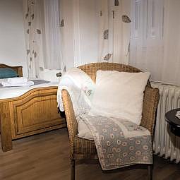 Hotel Doppelzimmer mit Einzelbetten und Sitzgelegenheit