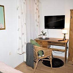 Hotel Doppelzimmer mit TV und Schreibtisch