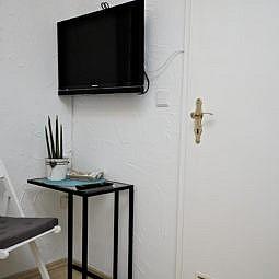 Hotel Einzelzimmer mit TV und Sitzgelegenheit