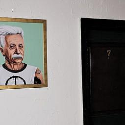 Hotel Zimmertür mit Albert Einstein Foto