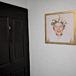 Hotel Zimmertür mit Queen Elizabeth Foto