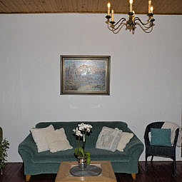 Hotelflur mit Sofa und Kronleuchter