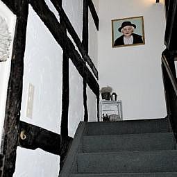 Hotel Treppenaufgang mit Merkel Foto
