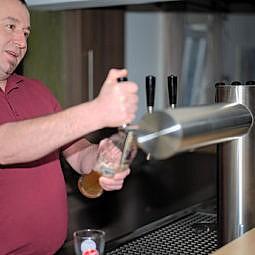 Bedienung im Restaurant zapft Bier