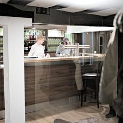 Restaurant mit moderner Bar und Bedienungen