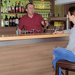 Restaurant Bar mit Bedienung und Gast