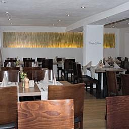 Restaurant, großer Saal mit Tischen und Stühlen