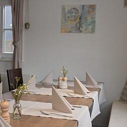 Restaurant Tisch mit Sitzbank und Deko