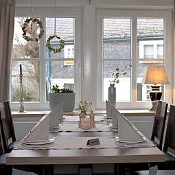 Restaurant Tisch reserviert mit Blick aus Fenster