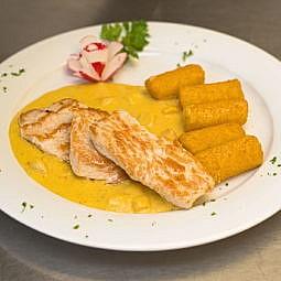 Putenmedaillons mit Curryfruchtsauce und Kroketten